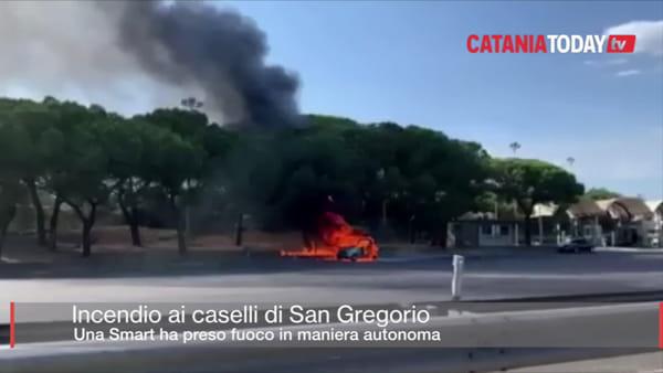 Smart prende fuoco ai caselli autostradali di San Gregorio | Video
