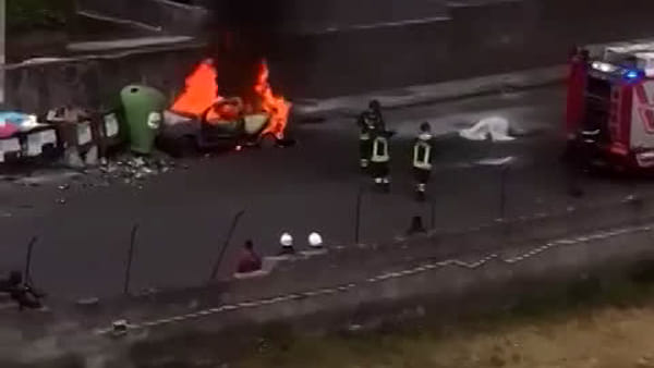 Auto in fiamme in via Pacinotti | VIDEO