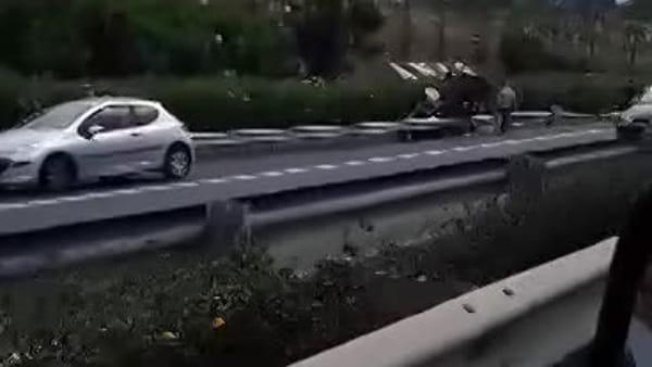 Incidente stradale in tangenziale, auto cappottata a San Giovanni Galermo | video