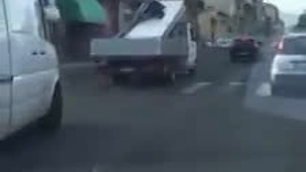 A Catania Spiderman viaggia sul camion | Video