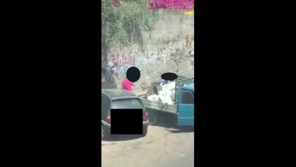 In via Roccaromana si scaricano rifiuti con la motoape | Video