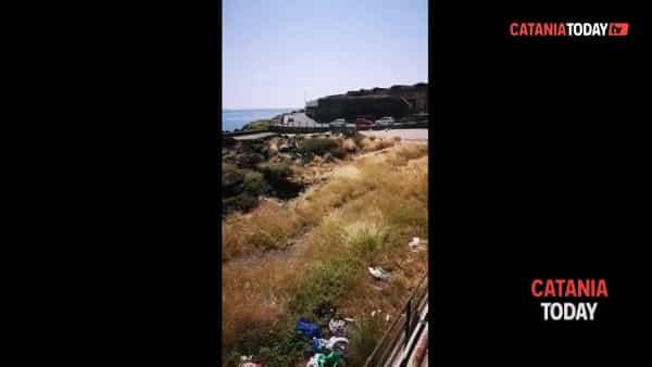 Degrado al lungomare, rifiuti e aree pubbliche vandalizzate  | Video