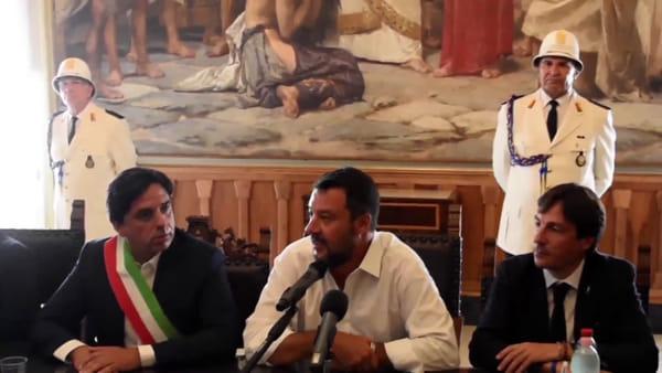 Matteo Salvini al Comune di Catania: proteste in piazza Duomo | Video