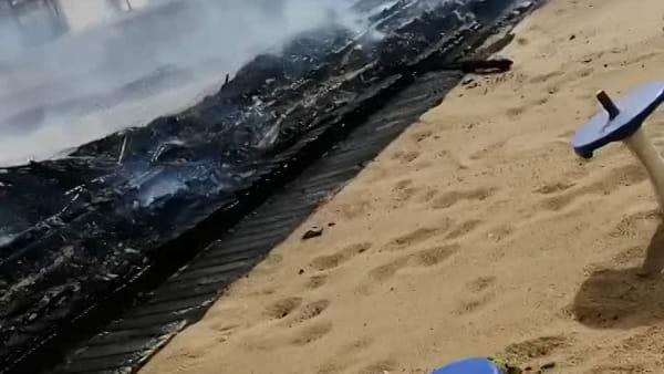 Incendio alla Plaia, quello che rimane dei lidi colpiti dalle fiamme | Video