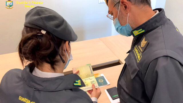"""Band of """"passeur"""" made illegal immigrants arrive on scheduled flights from Malta thumbnail"""