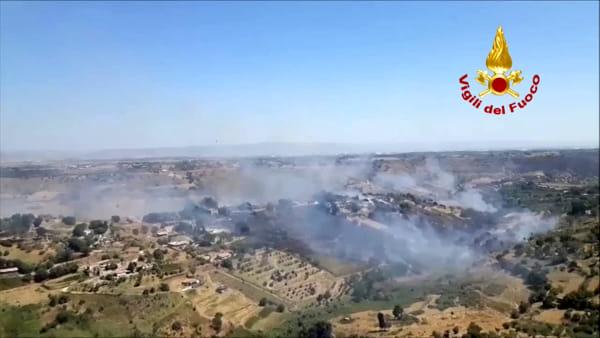 Incendio a Caltagirone, le immagini riprese dall'elicottero dei vigili del fuoco | VIDEO