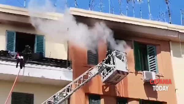In fiamme un appartamento in Piazza 2 Giugno: salvi i residenti | Video