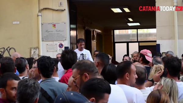 In fila dalle due di notte per un lavoro: oltre 700 persone per 40 posti di autista | Video