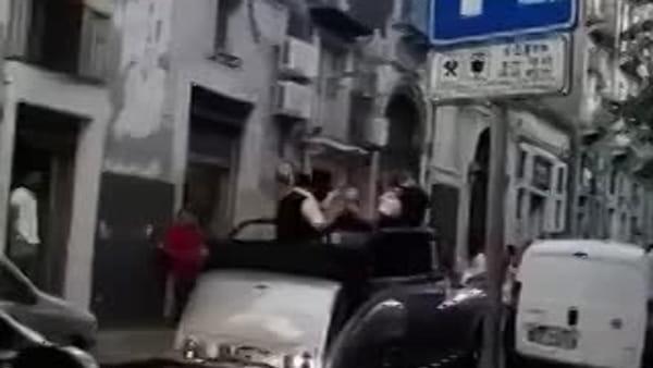 Catania, il matrimonio blocca il traffico: è festa in strada | Video