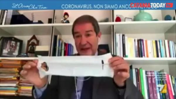 """Coronavirus, Musumeci si infuria e butta via la mascherina arrivata da Roma: """"E' un panno per pulire"""""""