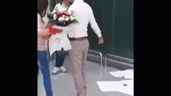 La proposta di matrimonio in aeroporto | VIDEO