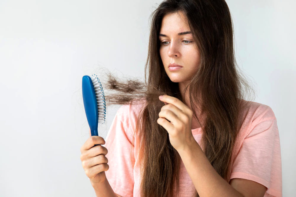 Caduta dei capelli: cause, rimedi e dieta da seguire