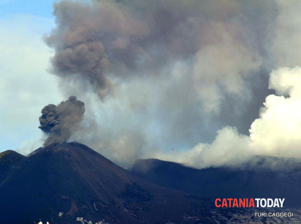 Etna, si intensifica l'emissione di cenere